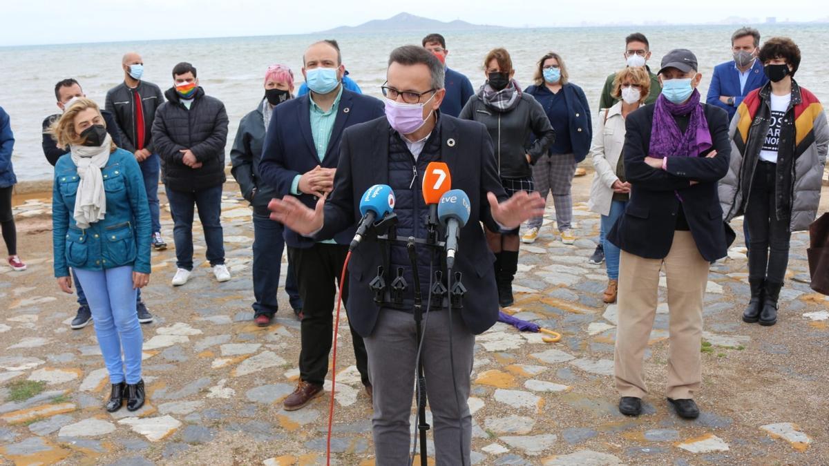 Diego Conesa, en compañía de dirigentes socialistas, declara el manifiesto en defensa del Mar Menor, en el paseo marítimo de Los Nietos (Cartagena)