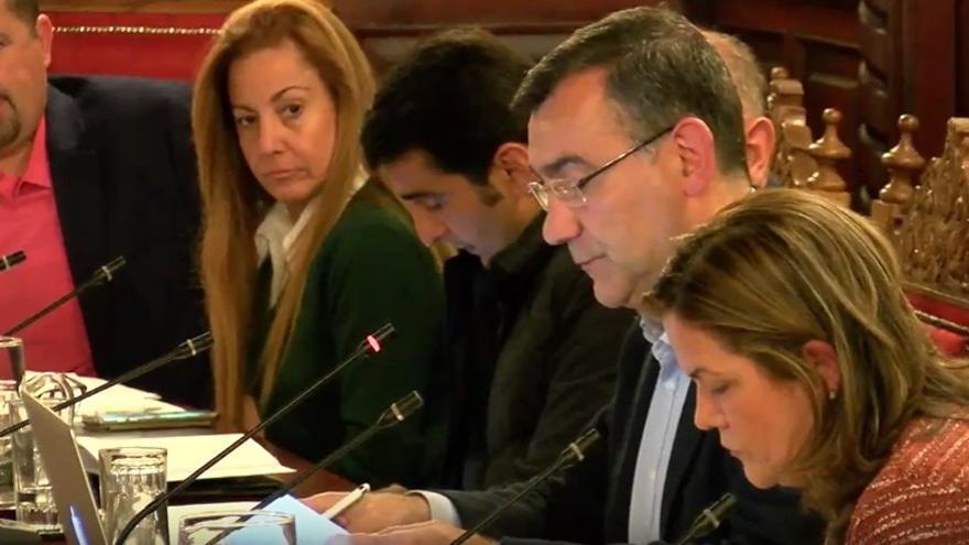 En la imagen de archivo, Juan Arturo San Gil, concejal de Ciudadanos (segundo por la derecha), durante un pleno del Ayuntamiento.