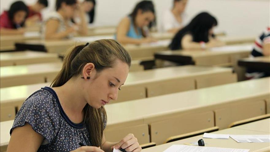 Una joven realiza un examen correspondiente a la convocatoria extraordinaria de selectividad. / Efe