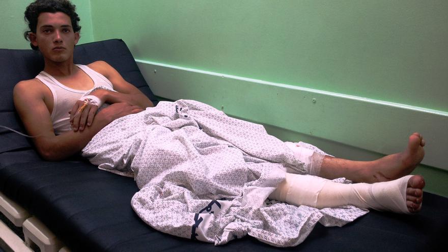 Mahmud el-Bea' en el hospital de Kamal Adwan, norte de la Franja de Gaza, veinticuatro horas después de ser atacado con disparos por soldados israelíes/ Foto: Isabel Pérez, mayo 2014.