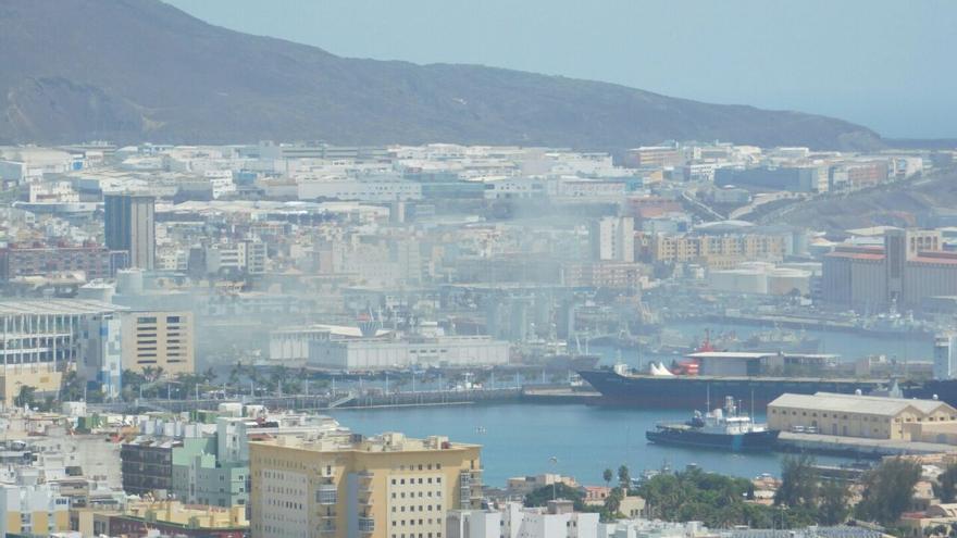 Incendio declarado en el interior de un barco atracado en el Puerto de la Luz y de Las Palmas.