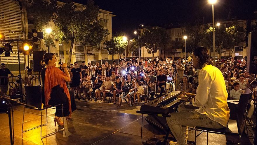 El Polígono Sur acoge el primer espectáculo '3.000 DeScencias' de vecinos y artistas del barrio
