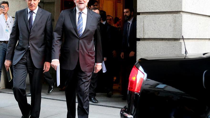 Mariano Rajoy, a su salida del Congreso de los Diputados junto a Rafael Hernando, este miércoles 26 de octubre