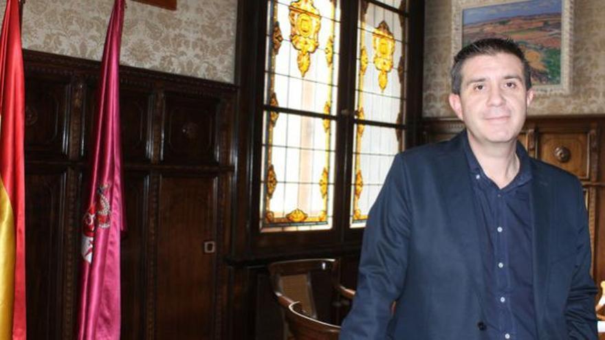 Santiago Cabañero posa en su despacho de la Diputación Provincial.