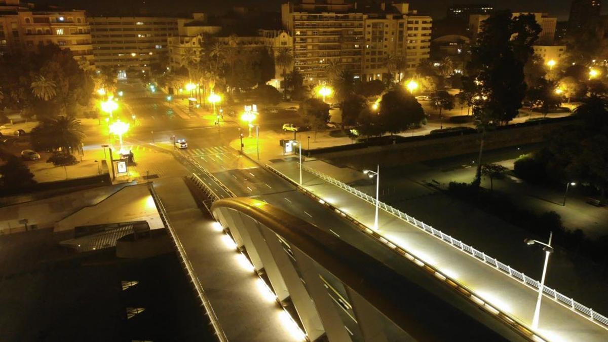El Pont de Calatrava de València sense trànsit pel toc de queda.