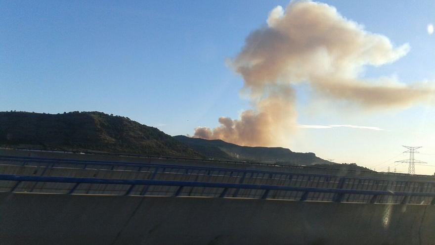 El fuego afecta a los términos de Benifairó de les Valls y Sagunto, al pie de la Sierra Calderona