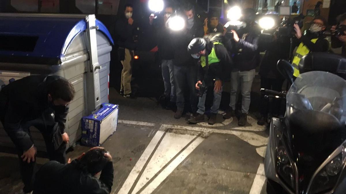 Un manifestante herido en la cabeza ante los objetivos de las cámaras de los periodistas.