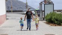 Un padre pasea con sus hijos por la Avenida Marítima de Santa Cruz de La Palma.