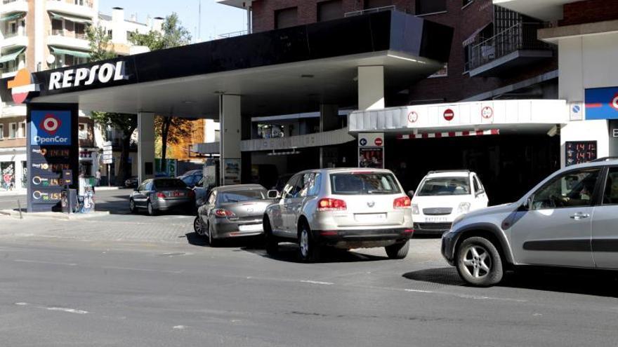 Los precios medios de los carburantes vuelven a la baja