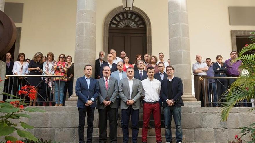 Diputados y trabajadores del Parlamento de Canarias, guardaron hoy un minuto de silencio en memoria de las víctimas de los atentados terroristas de París. EFE/Ramón de la Rocha