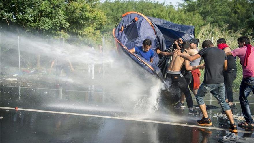 La policía húngara arroja agua a presión contra refugiados en la frontera con Serbia, en el punto de Horgos, el 16 de septiembre de 2015. / Efe.