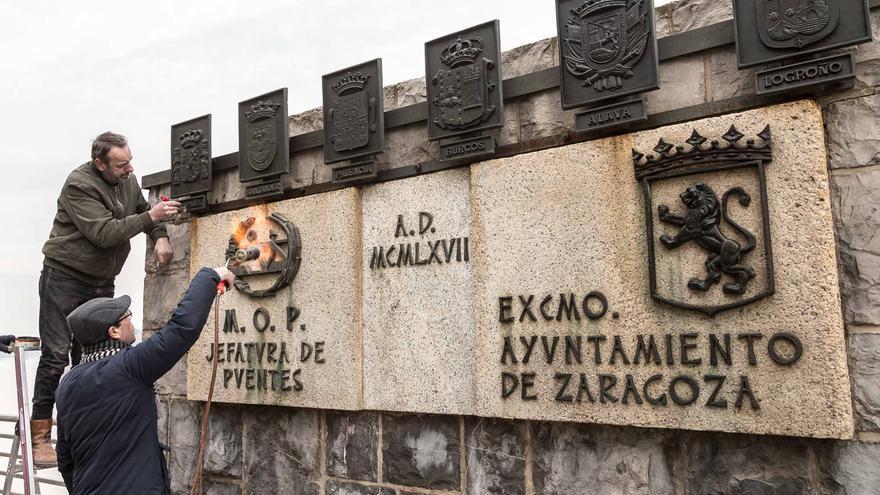 Colocación de los nuevos escudos en el puente de Santiago