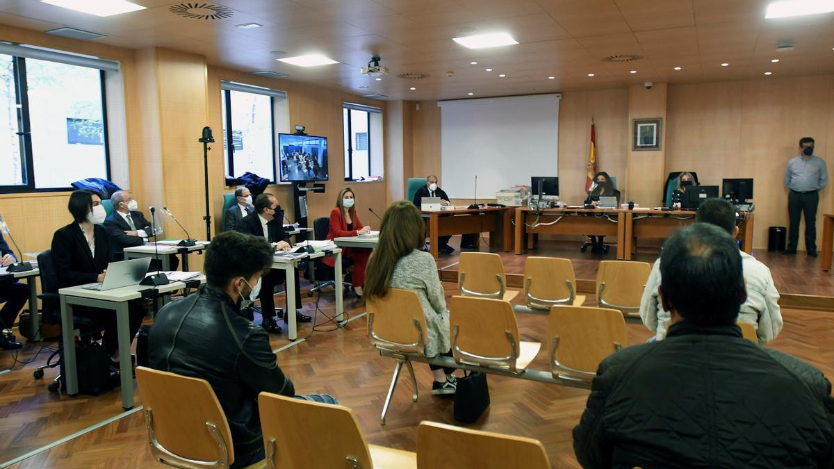 Vista general del juicio por un delito de homicidio imprudente tras el accidente del Pozo Emilio del Valle, en octubre de 2013 que dejó seis mineros fallecidos en los juzgados de León este lunes. EFE/J.Casares