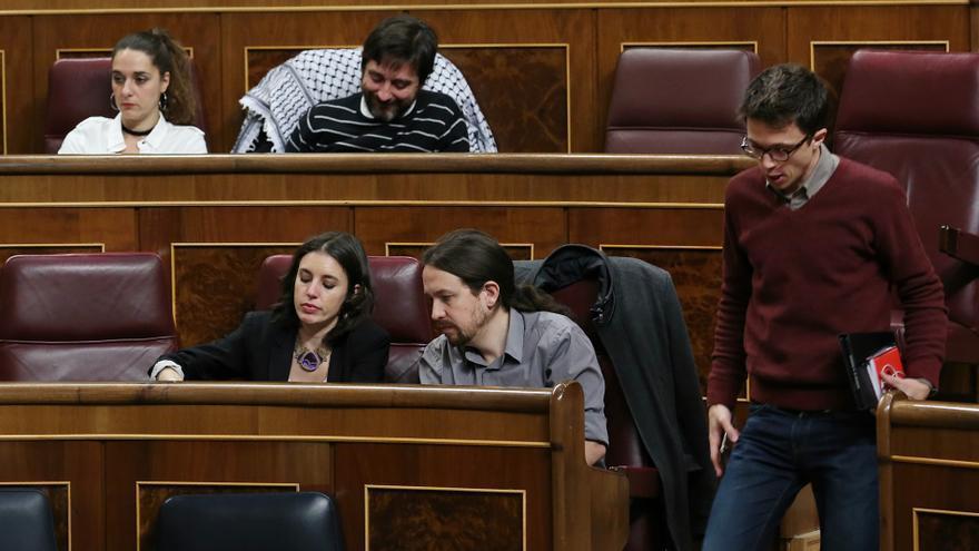 Íñigo Errejón pasa junto a Pablo Iglesias e Irene Montero en el Congreso.