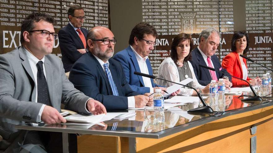 Firman del Plan de Autónomos, de izquierda a derecha los representantes de Aexta, OPA, Vara, ATA, Ceat, y la consejera de Empleo Esther Gutiérrez