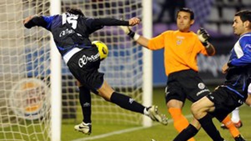 David Prieto remata de cabeza ante el portero del Valladolid. (ACFI PRESS)