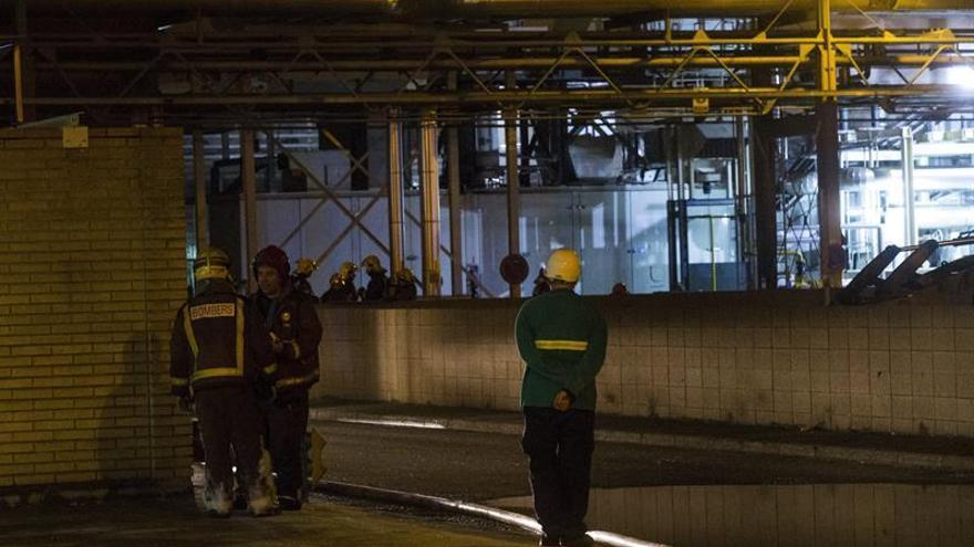 Un incendio en la industria química La Seda obliga a confinar a los vecinos de El Prat de Llobregat