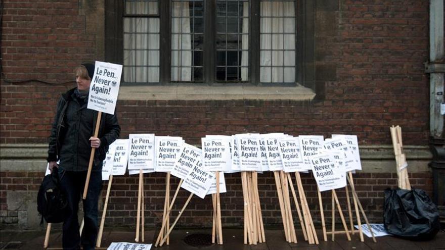 Manifestantes reciben a Marine Le Pen en Oxford con gritos de rechazo