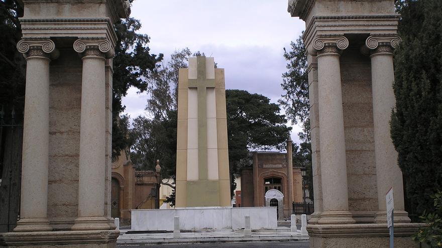 Cruz de los caídos franquista y cripta del Cementerio de Almería. | ÓSCAR RODRÍGUEZ BARREIRA