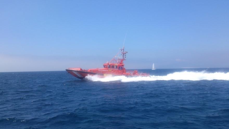 Trasladadas a Tarifa ocho personas rescatadas de una patera en aguas del Estrecho