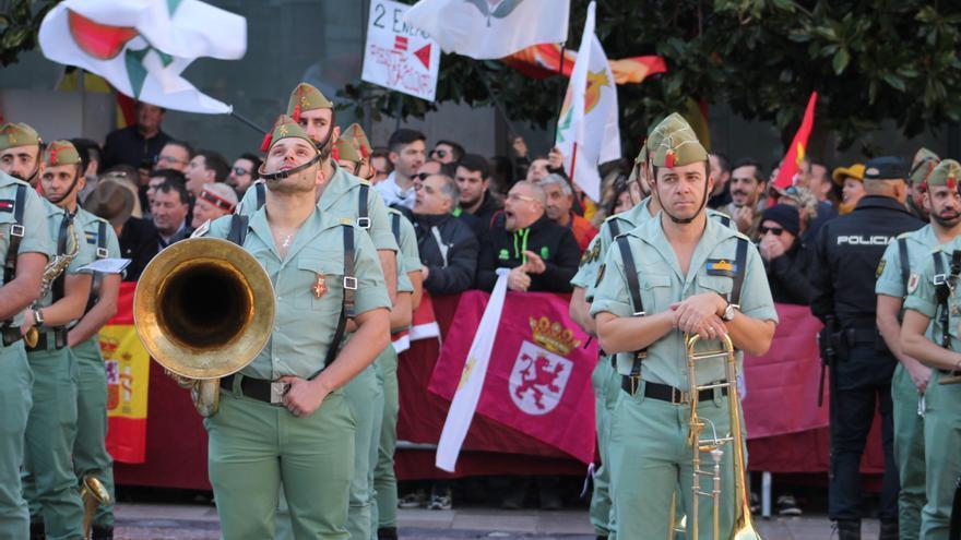 Asistentes regionalistas de Granada, tras la Legión, abuchean a los grupos de izquierda que querían boicotear la Toma
