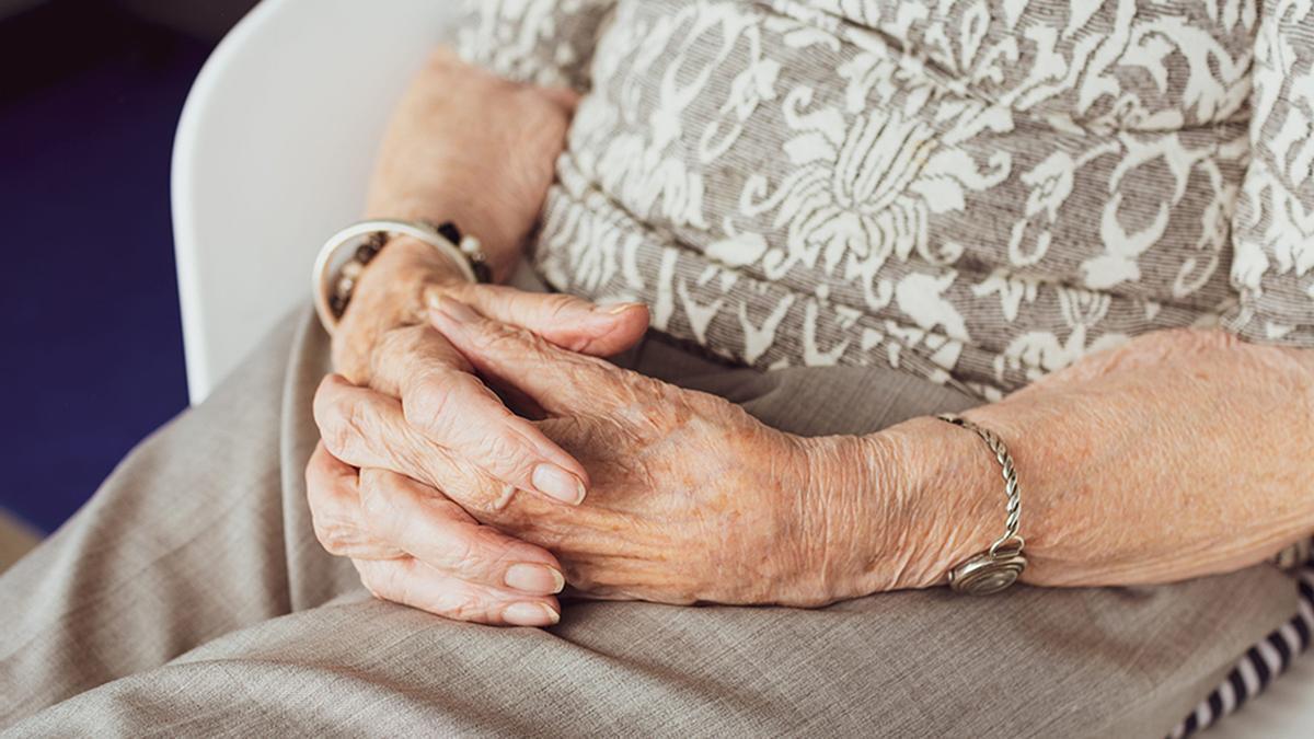 Una anciana en una residencia.