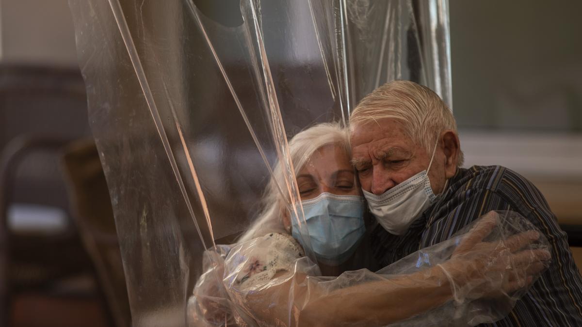 Una mujer abraza a su padre por primera vez tras retomarse las visitas en una residencia de ancianos