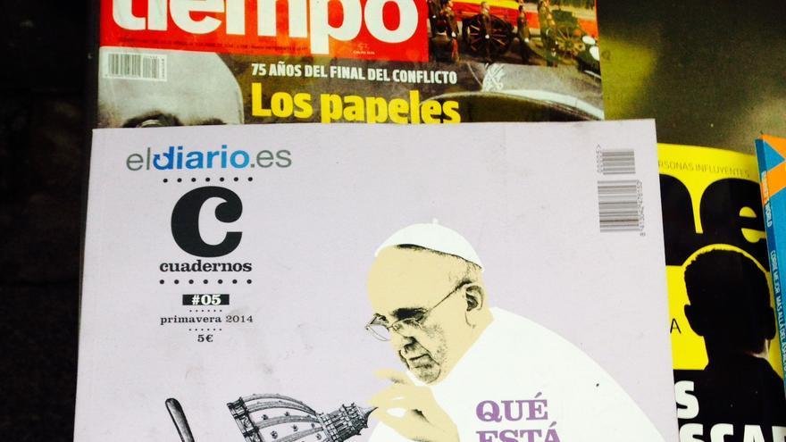 Ejemplares del número 5 de la revista Cuadernos de eldiario.es, en un kiosco.