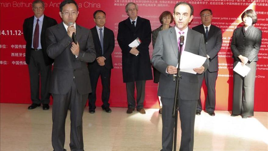 El consejero de Turismo andaluz abre una muestra en Pekín sobre el médico canadiense Norman Bethune