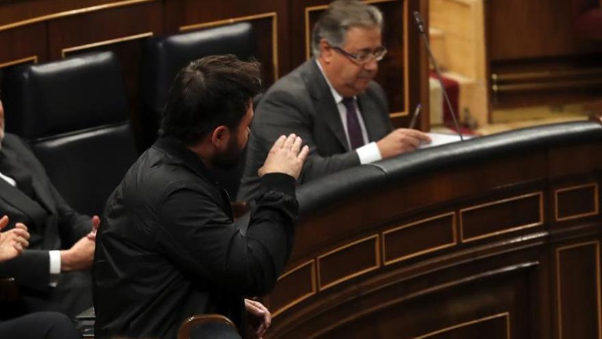 Rufián esgrimiendo unas esposas: Ojalá Mariano Rajoy acabe con una de estas