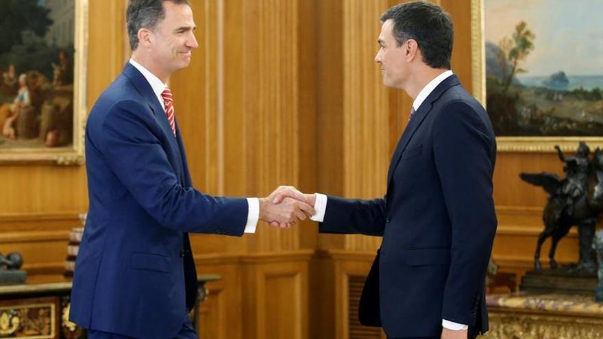 Sánchez se reúne mañana con el Rey sin que Rajoy le haya llamado todavía