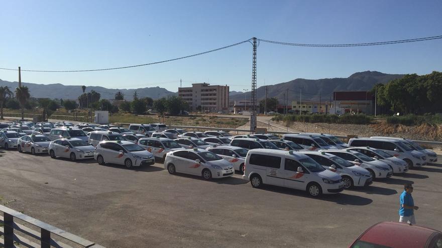 Los taxistas murcianos celebrando la asamblea en la que decidieron unirse a la huelga