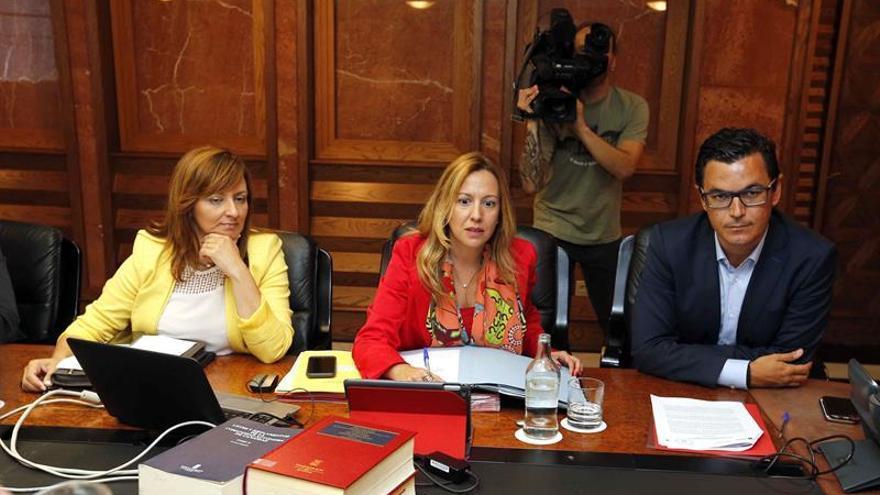 El vicepresidente del Gobierno de canarias, Pablo Rodríguez (d), y las consejeras de Hacienda, Rosa Dávila (c), y Medio Ambiente, Nieves Lady Barreto (i), durante la reunión del consejo de gobierno, celebrada hoy en Las Palmas de Gran Canaria.