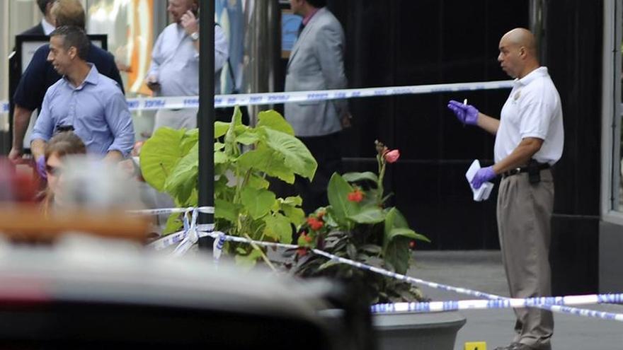 La policía mata a tiros a un hombre y hiere a una mujer en Manhattan