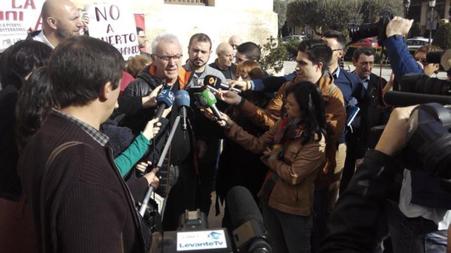 El coordinador general de Izquierda Unida, Cayo Lara, atiende a los medios en Paterna
