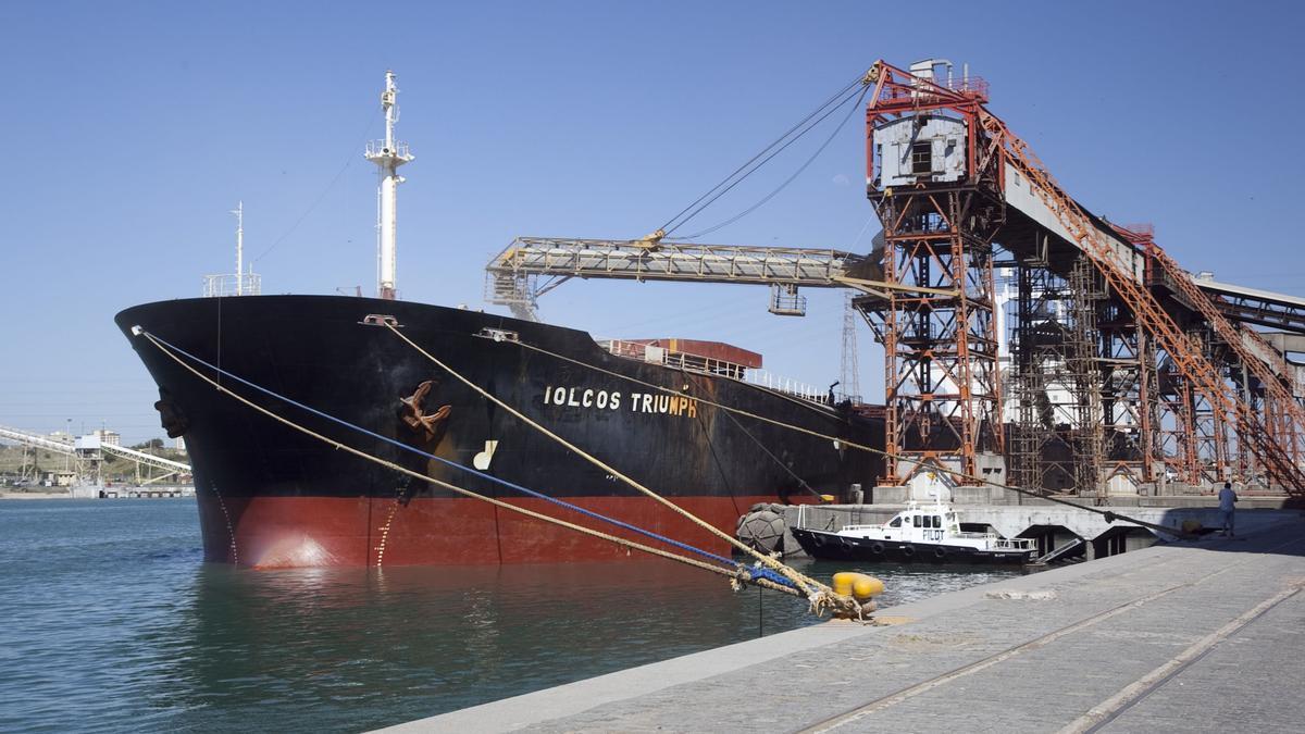 Un barco carga cereales. La soja y el maíz expresan 40 por ciento de las exportaciones argentinas