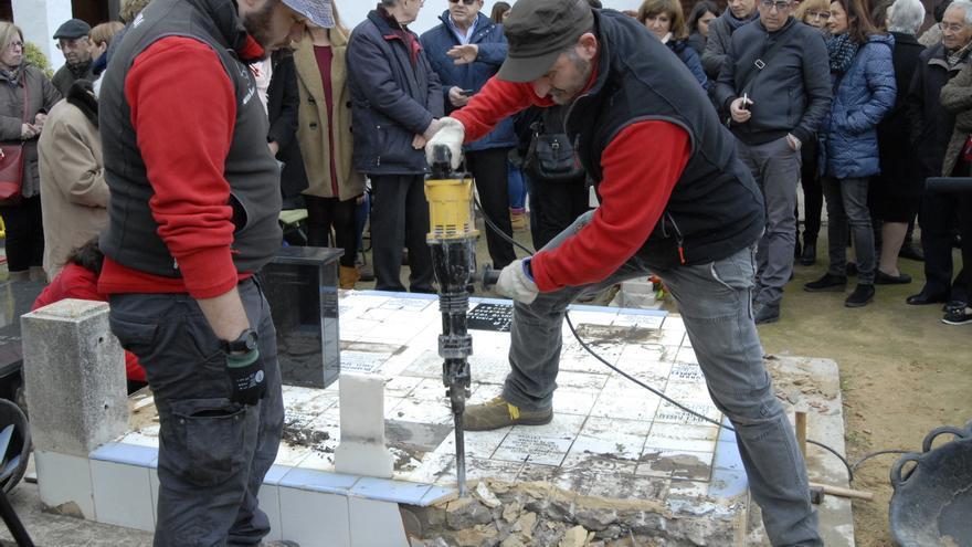 Trabajos de exhumación en la fosa número 22 del cementerio de Paterna