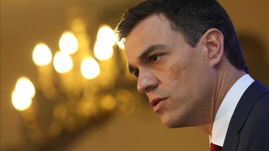 Sánchez pide a Rajoy y Aznar que expliquen 30 años de financiación irregular