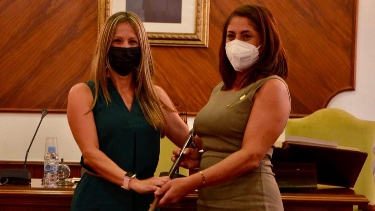 Yolanda Balaguer (derecha), durante el pleno de investidura.