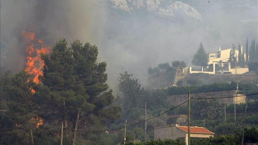 14 medios aéreos combaten el incendio en Vall d'Ebo (Alicante) con dotaciones terrestres