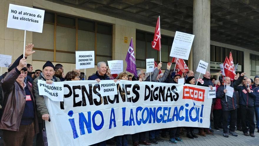 """Concentración de alrededor de 50 pensionistas en protesta por que el """"incremento de 0,25% es una congelación encubierta"""""""