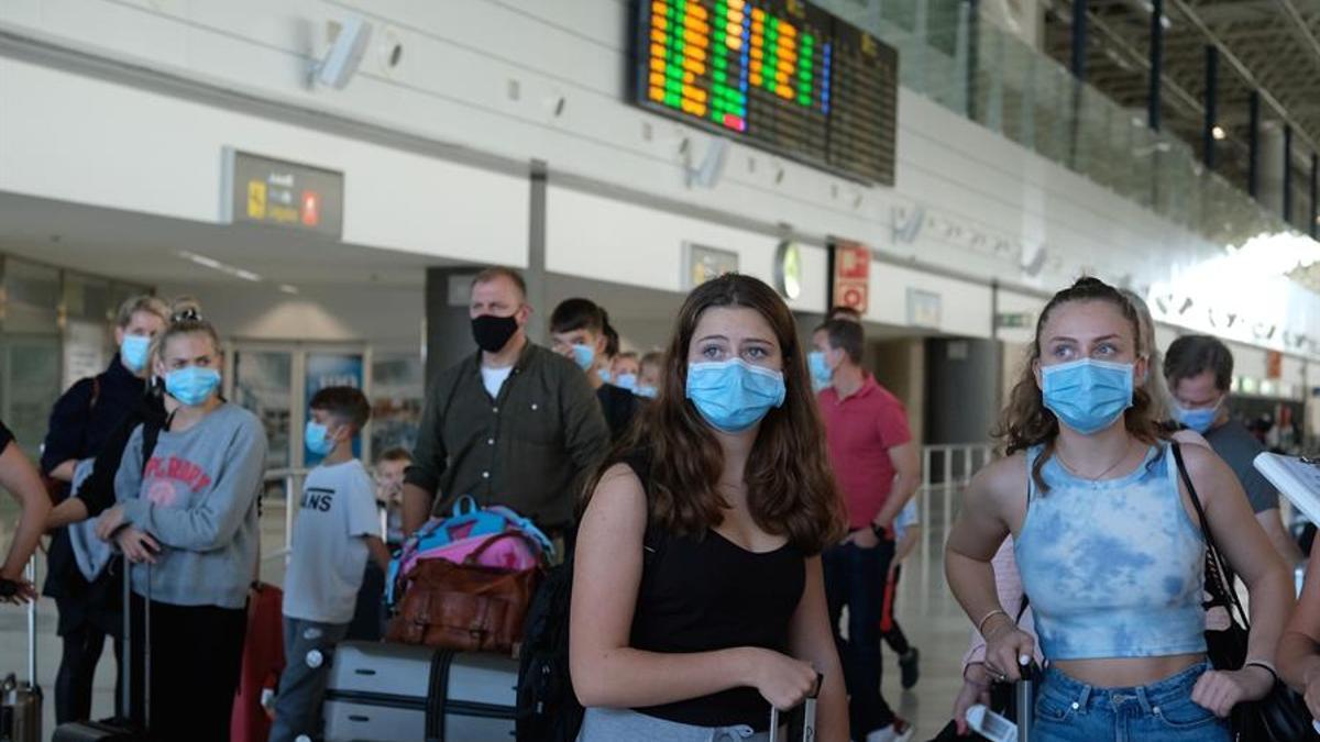 Turistas en el aeropuerto de Fuerteventura