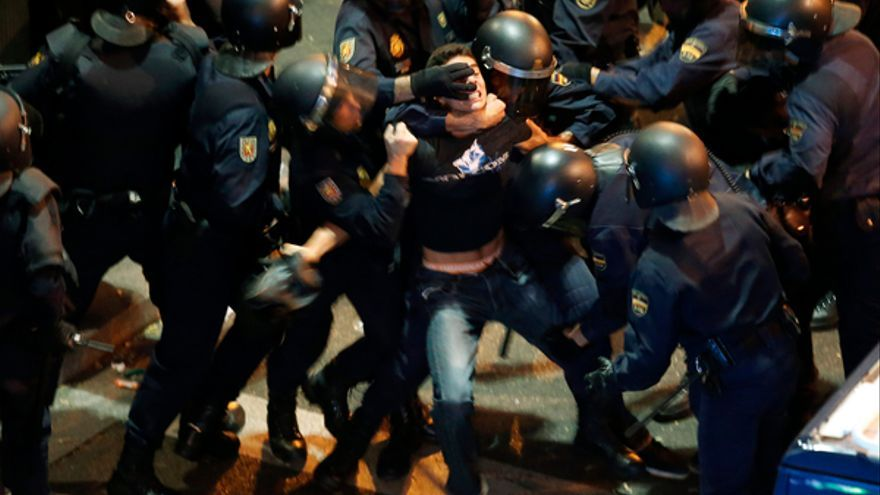 Un manifestante retenido entre 11 agentes antidisturbios tras la manifestación del 25 de septiembre de 2012 en Madrid. © REUTERS / Sergio Pérez