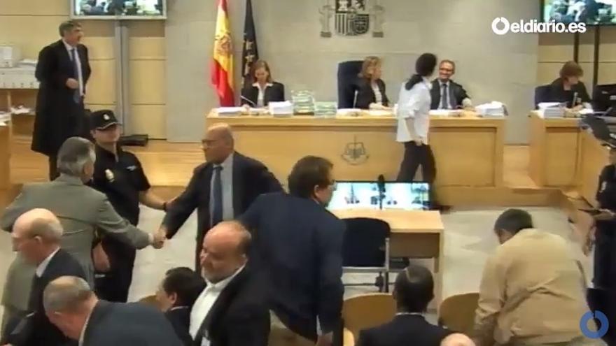 Miguel Blesa saluda a Díaz Ferrán durante el juicio de las tarjetas black.