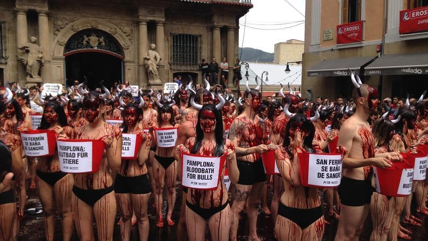 Un centenar de activistas se tiñen de rojo contra los encierros en Sanfermines