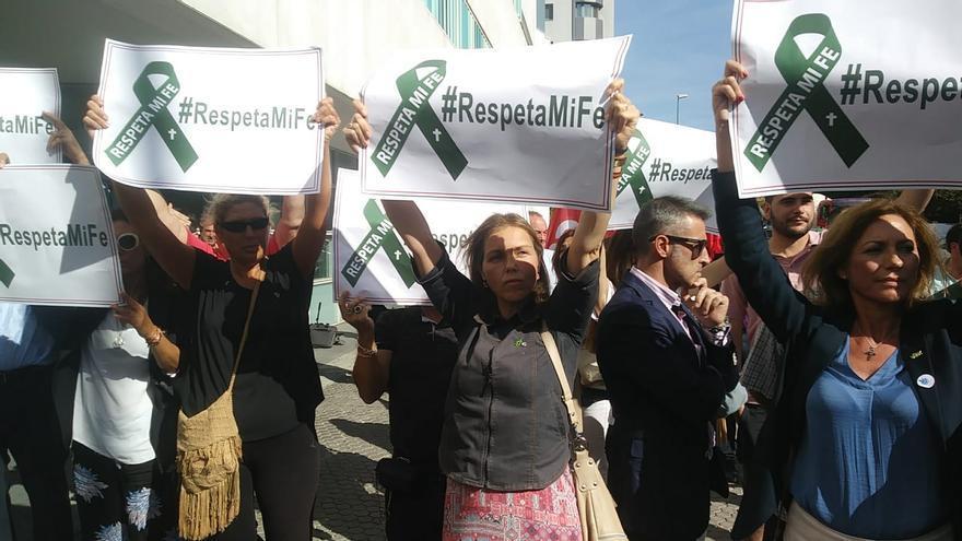 """""""Respeta mi fe"""": contramanifestación contra las acusadas por la procesión del coño insumiso"""