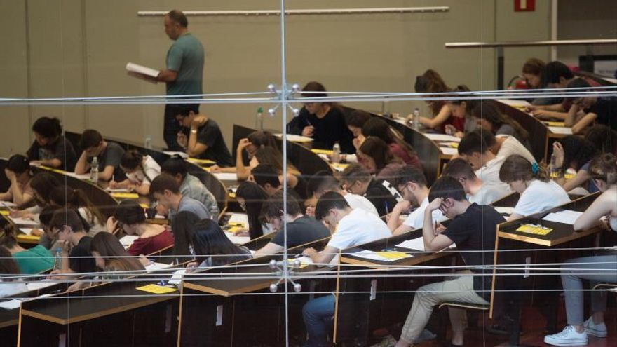 Un grupo de estudiantes enun examen de selectividad en la Universitat Pompeu Fabra de Barcelona.