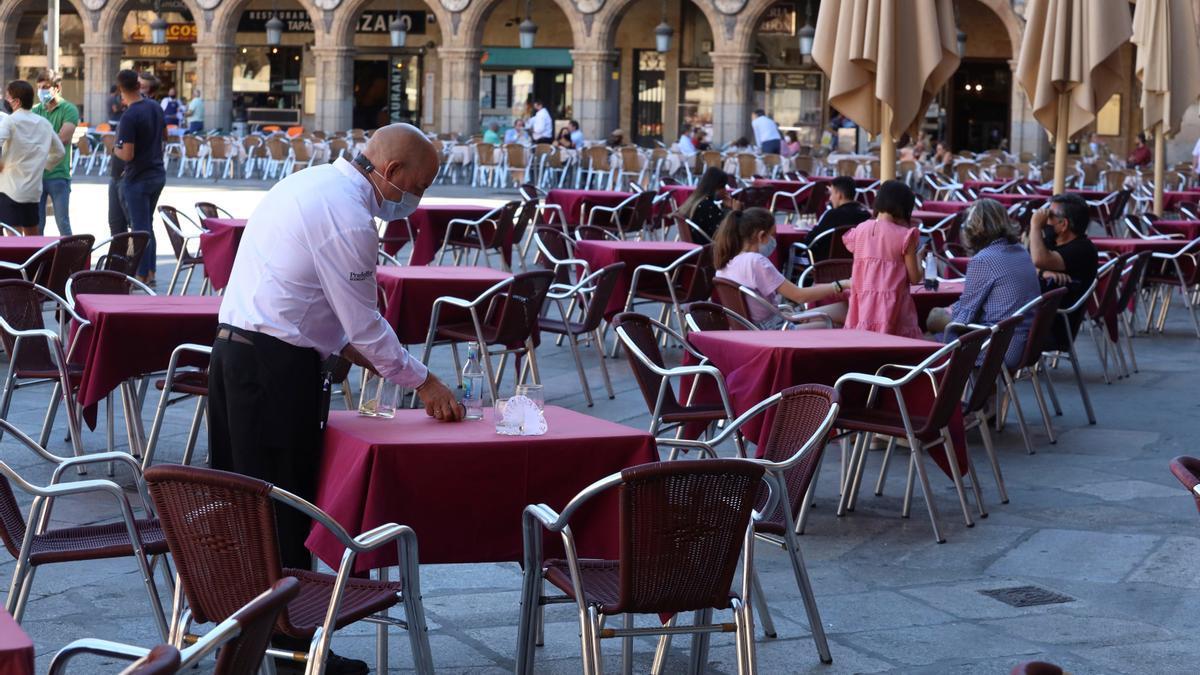 Un camarero trabaja en la terraza de un restaurante de la plaza mayor de Salamanca. EFE/J.M.García/Archivo