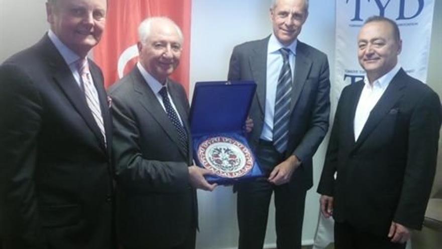 Santiago Sesé, segundo por la derecha, en una acto institucional
