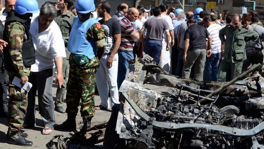 Foto tomada por el corresponsal Mikel Ayestaran mientras los Cascos Azules inspeccionan el lugar de un atentado .